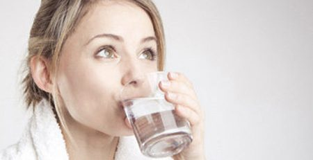 Tác dụng của uống đủ nước trong việc ấy